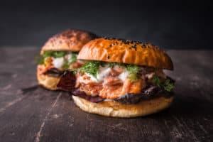 Pulled Lachs Burger mit Küstenkruste-Sauce